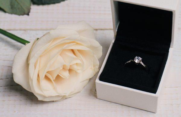 街コンレポート_婚約指輪とバラの花