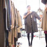 街コンレポート_女性2人が洋服を選んでいます