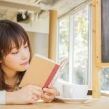 街コンレポート_女性が手帳を眺めています