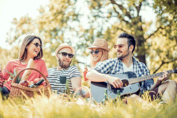 街コンレポート_男女4人でピクニックを楽しんでいる