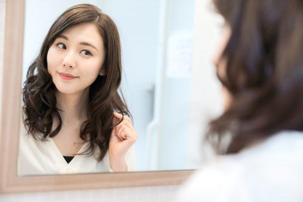 街コンレポート_鏡を見ている女性