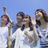 街コンレポート_男女4人が公園で微笑んでいます